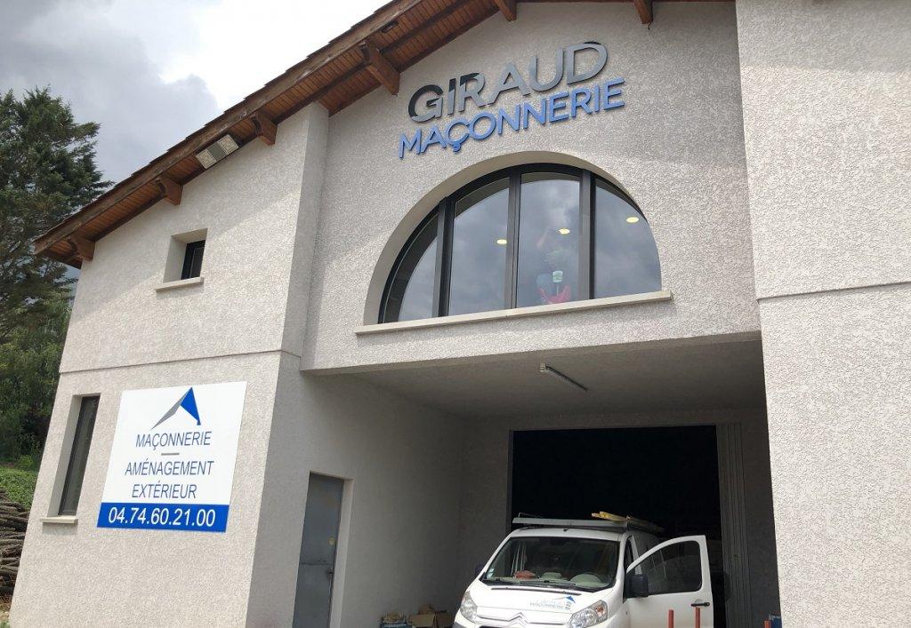 Giraud Maçonnerie - Pose de l'enseigne sur notre bâtiment